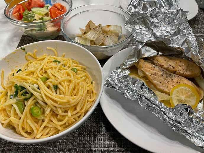 関田選手がポーランドで自炊した写真。パスタ、サーモンのホイル焼き、タマネギの炒め物とサラダ(本人提供)