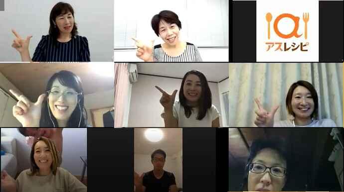 セミナーの最後でアスレシピポーズを決める講師の石村さん(左上)と受講者たち