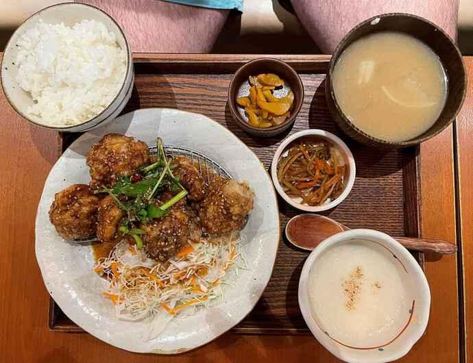 ウルフ・アロンが注文した若鶏の唐揚げ油淋鶏ソース付き定食(撮影・峯岸佑樹)